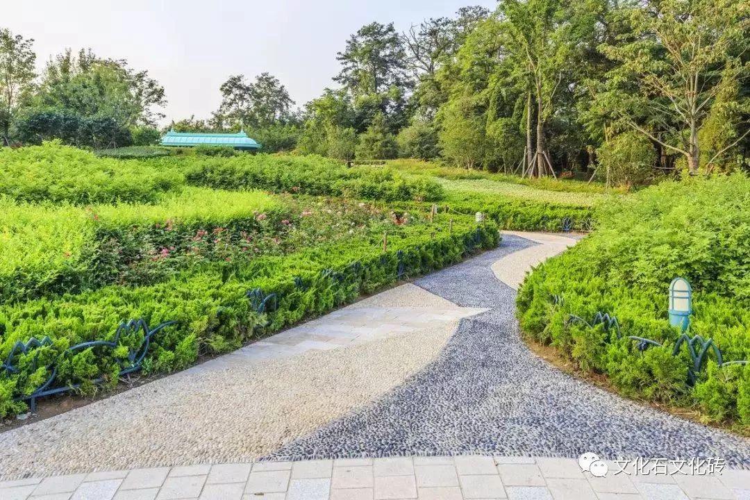 园林铺装,是在园林环境中运用自然或人工的铺装材料,按照一定的方式铺设于地面形成的地表形式。作为园林景观的一个有机组成部分,园林铺装主要通过对园路、空地、广场等进行不同形式的印象组合,贯穿游人游览过程的始终,在营造空间的整体形象上具有极为重要的影响。   它不仅具有组织交通和引导游览的功能,还为人们提供了良好的休息、活动场地,同时还直接创造优美的地面景观,给人美的享受,增强了园林艺术效果。    想要做出一个既有艺术性又具人性化的园林铺装工程,有许多值得大家去注意的问题。本文综合园林铺装常见的一些规划设