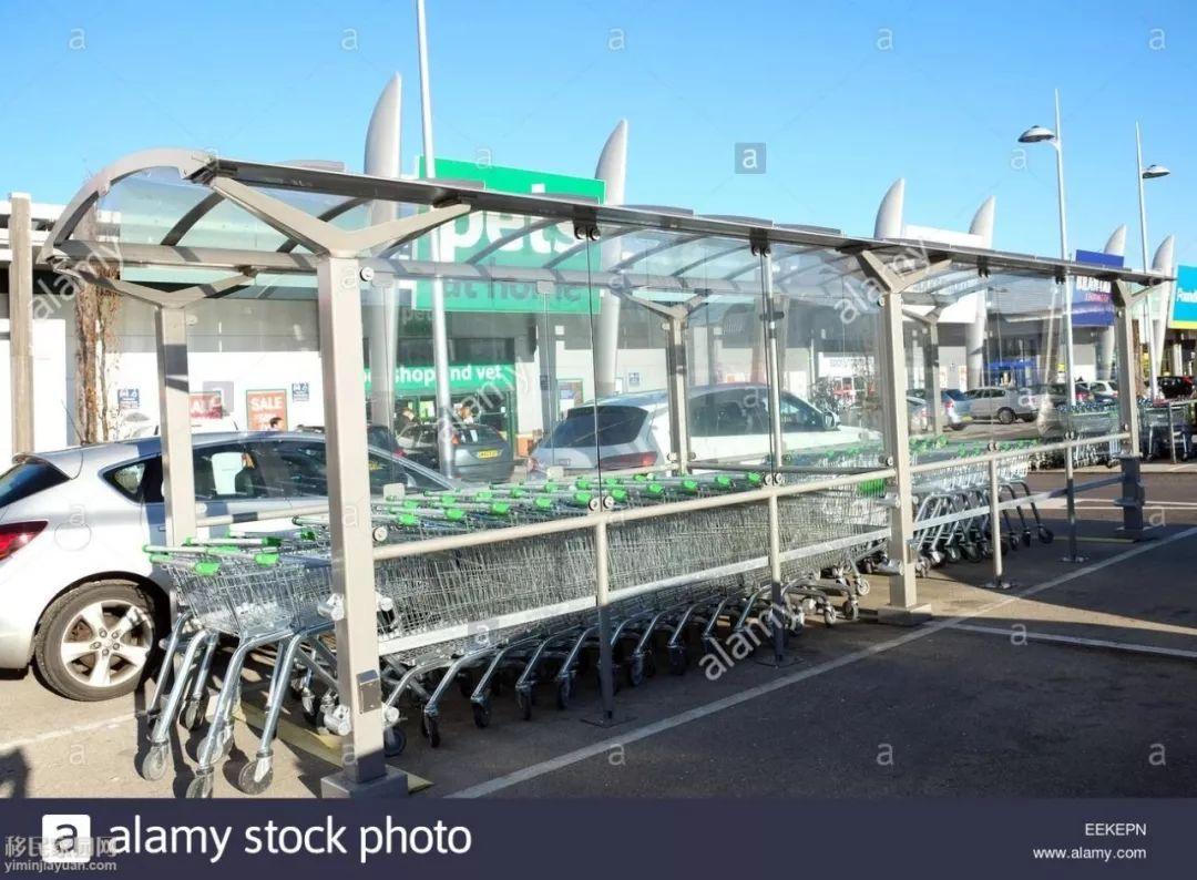 但这里每个超市的停车场都有一些收集购物车的小房子,人们放好买的
