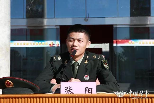 雷锋班班长张阳为新兵授课辅导