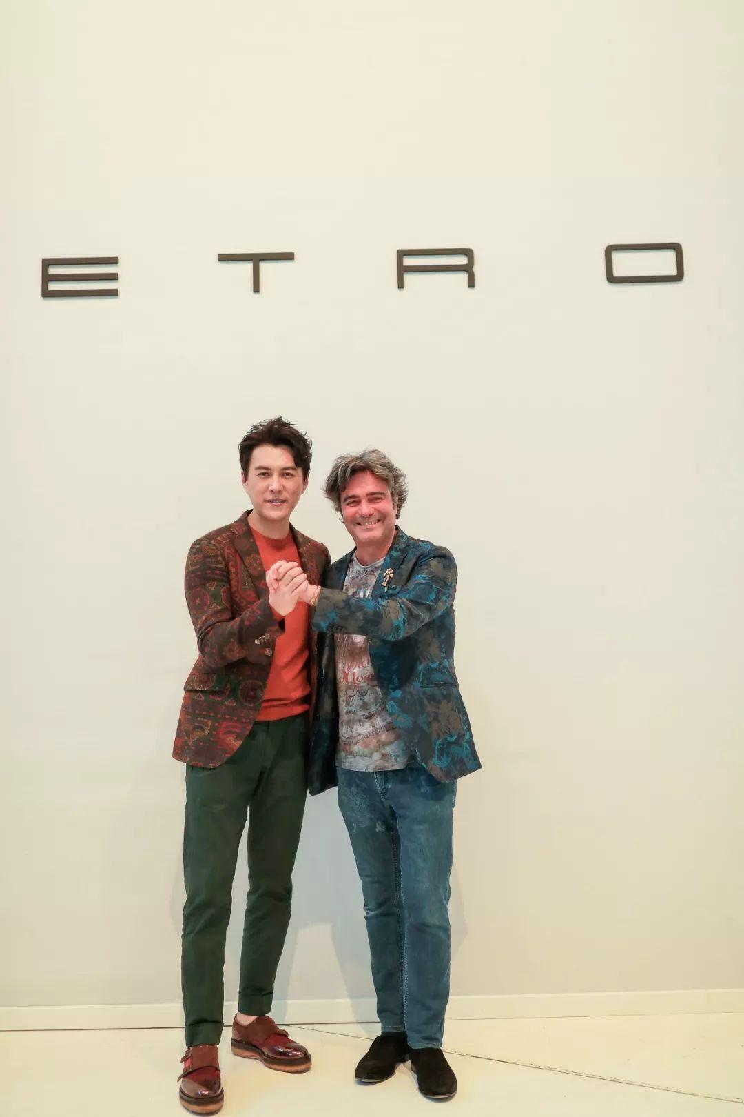靳东身穿etro 2018 秋冬花纹系扣西装外套搭配橘色