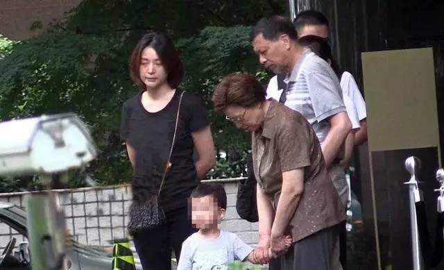 近日,董卿素颜与家人聚会,当天董卿身穿一件黑色t恤,黑色长裤,背着