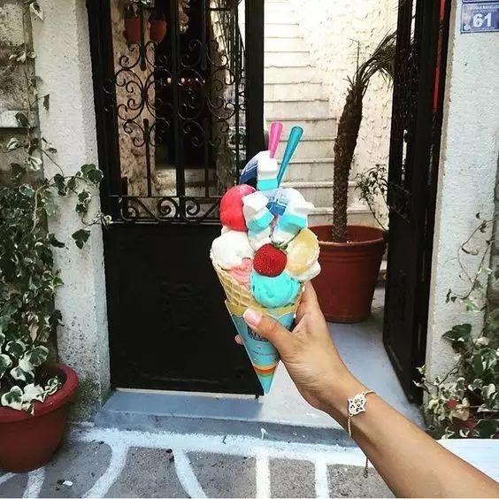 手握冰淇淋