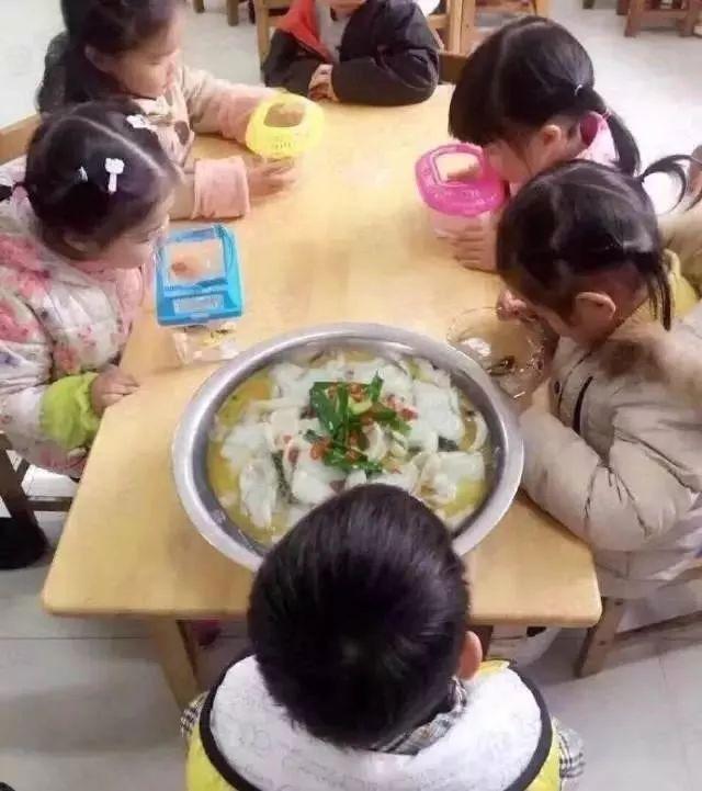 老师让孩子们带一条鱼来学校观察,当其他孩子都乖乖地把可爱的小金鱼