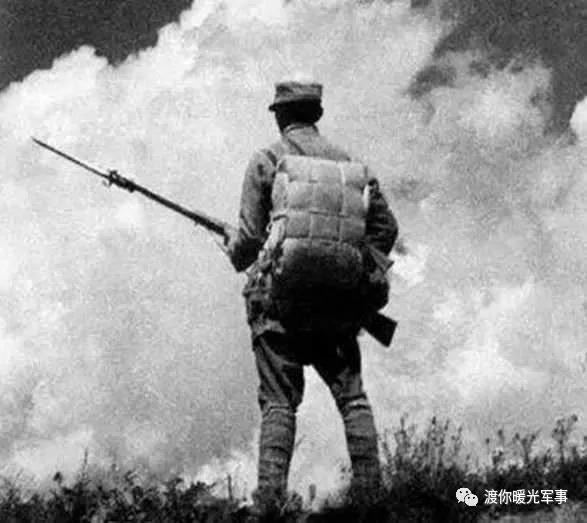 6,中国军人的背影,就像是一座山那样屹立着.哪怕前面枪林弹雨呢!