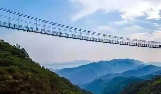 玻璃栈道坐落于邯郸武安京娘湖景区,   最高处宋祖峰上云