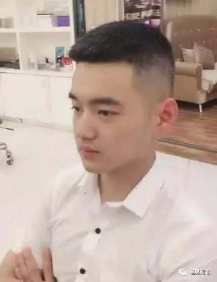 头顶的发型留下一定的长度,整体看起来非常清爽自然,是男生短发的又一