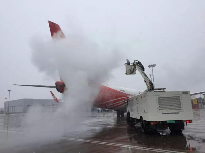 临沂飞机场工作人员正在向飞机喷化冰剂