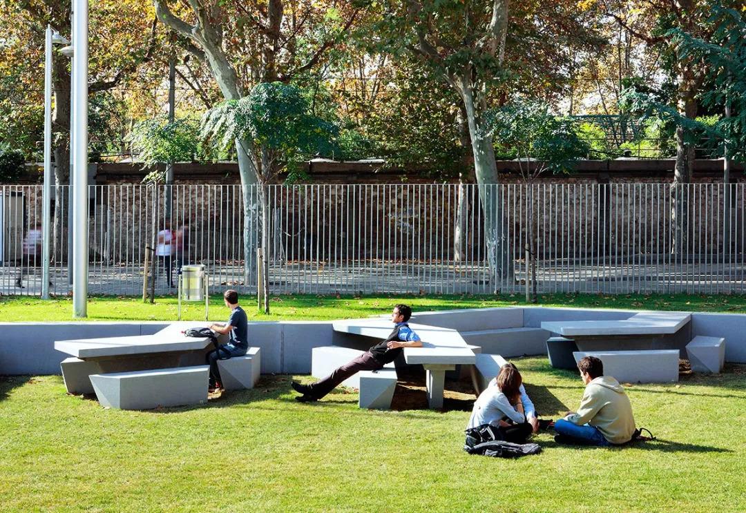 这是一处校园内的景观座椅设计,白色座椅