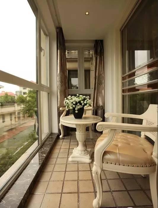 阳台除了用来养花,吃饭,还可以用来泡澡晒太阳,真是一个比一个会懂得图片