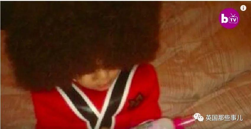"""直髮突然""""爆炸""""… 現在這英國小男孩的頭髮已經多到失去控制了"""