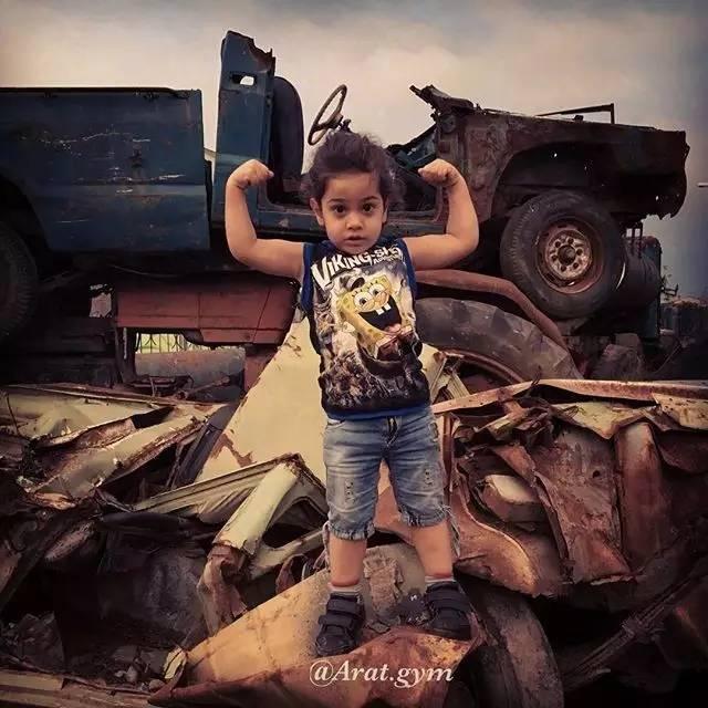 arat从小就和一般的小孩不同,   别的小孩在地上爬,   他却到处