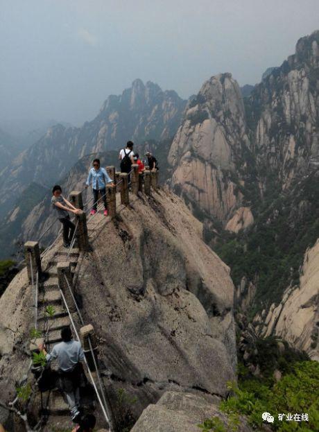 天都峰位于黄山风景区东南面,西对莲花峰,东连钵盂峰,与光明
