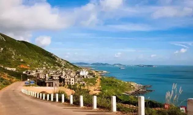 从环岛路上望去,宽阔的海域与外海大洋相连,   海水清澈,众多的