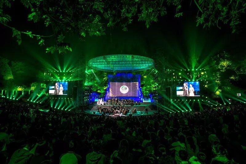 音乐台平面为半圆形,圆心处建造舞台.