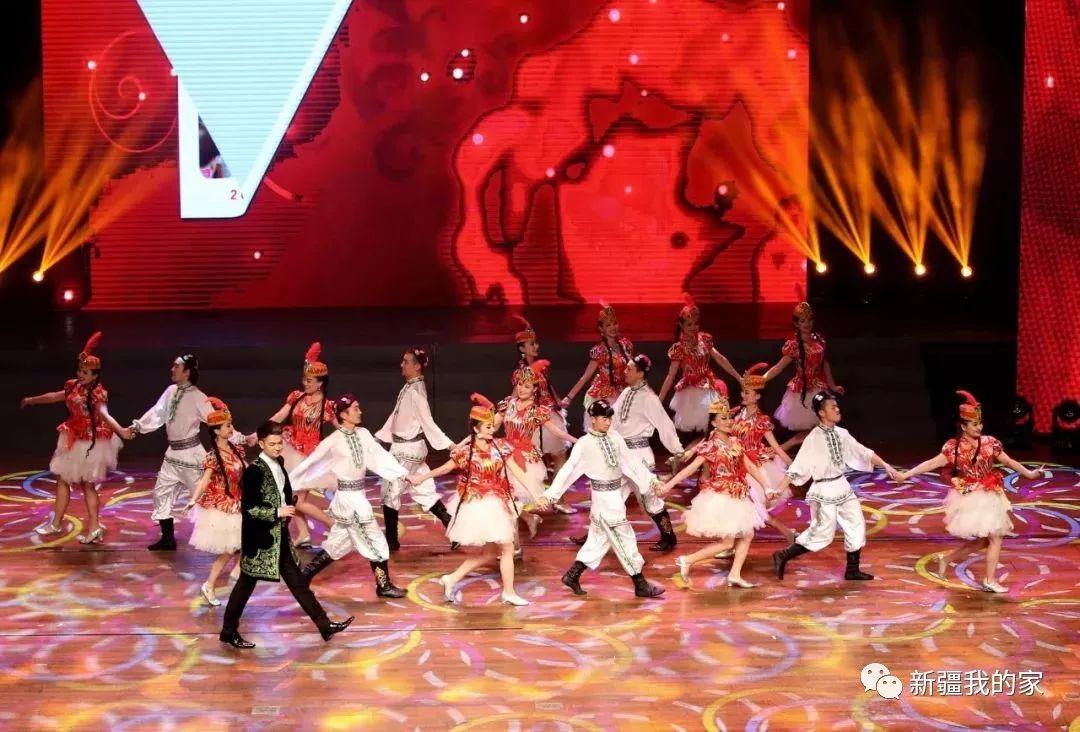场舞到新疆去_当新疆舞撞上现代舞   说起新疆歌舞,自然会联想到   穿着艾特