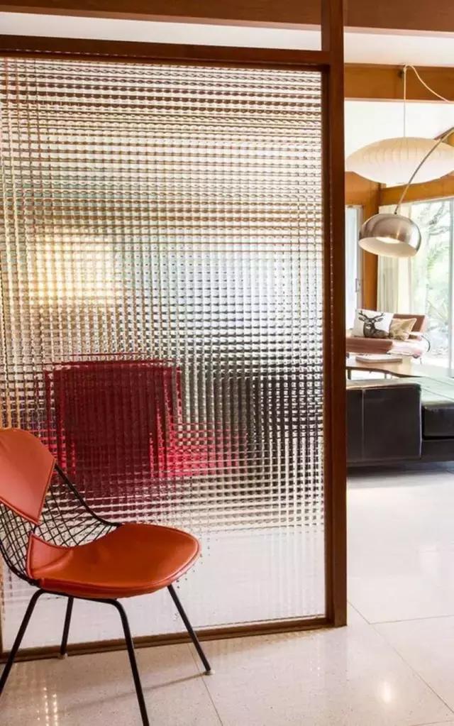 应用更加灵活,如玻璃隔断, 半墙半玻璃隔断,帘子隔断,雕花隔断,隔墙