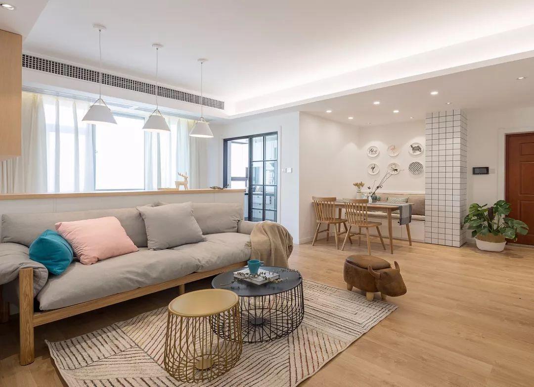 客厅木质地板通铺,简单吊顶,整体给人简洁利落之感.图片
