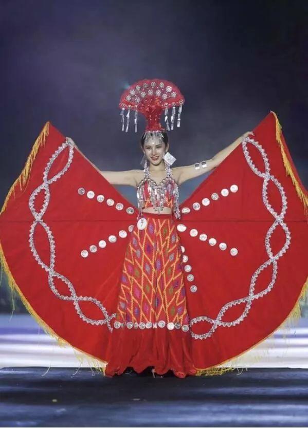一场传统民族服装   与创意时尚设计相碰撞的   景颇时装秀惊艳