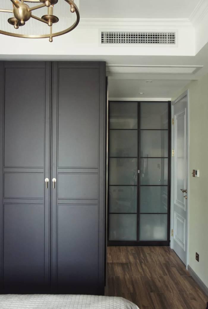 由于柜体是生态木板(市场成品无黑色),所以四周露出来的边用哑光黑色