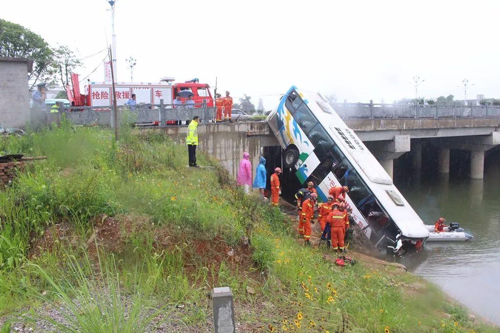 【大巴车落水,司乘人员受困,万分危急之际,最先挺身