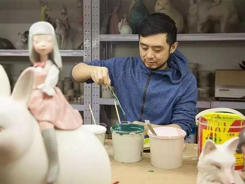 贾晓鸥毕业于中央美术学院雕塑系,除了创办自己的品牌,他还受邀