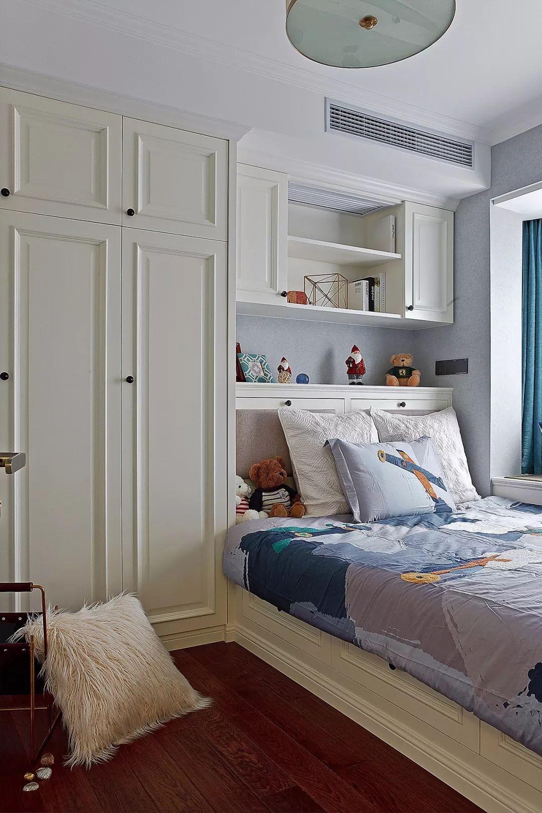 榻榻米床头的设计特别好,既是床屏,也是收纳柜,一举两得