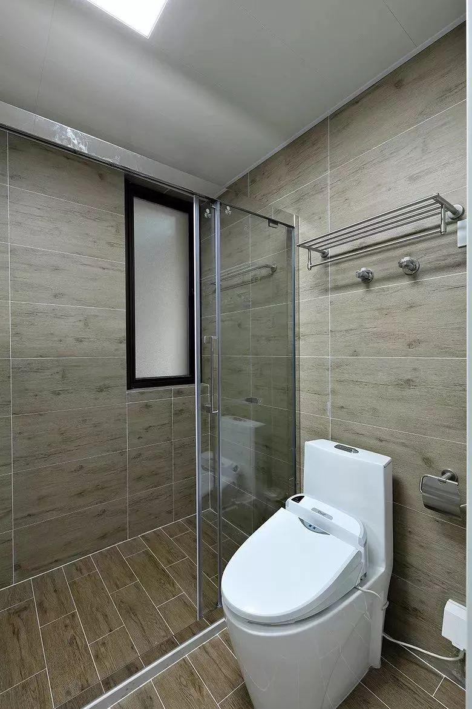弧形的卫生间隔断,是个比较节省空间的淋浴房,同时这样圆弧处理的隔断