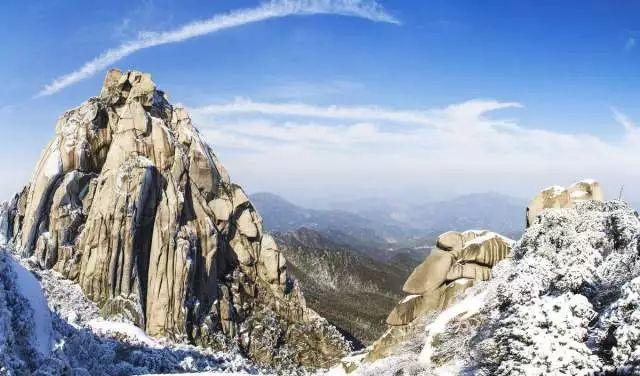 天柱山是安徽三大名山之一,于2011年获aaaaa级旅游景区称号,山峦