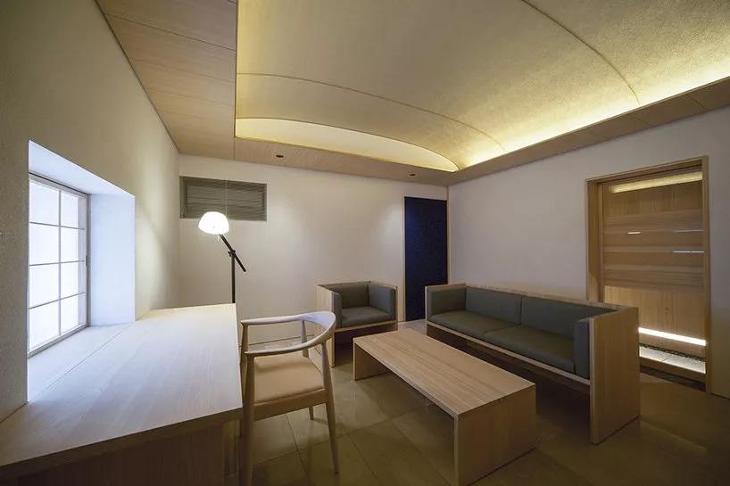 天花板,从而产生更加宽敞的室内效果,为了完成这一要求,设计师还使用