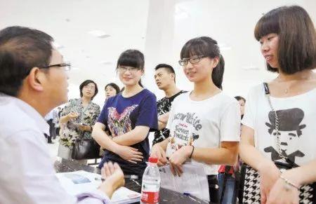 她告诉澎湃新闻记者,确实会有一些留学生回国后面临着巨大的找工作