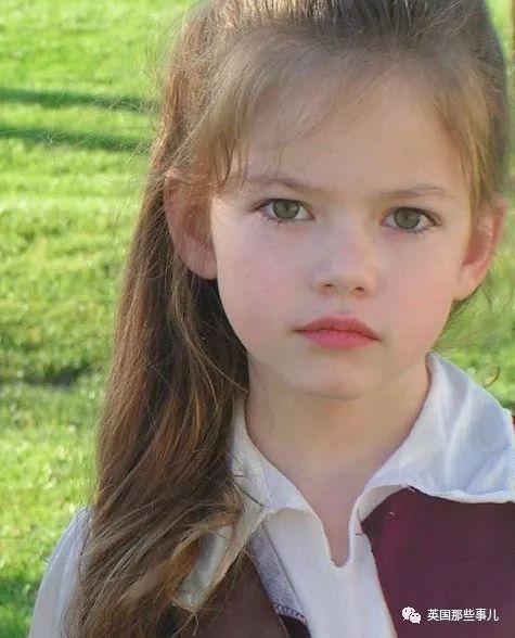 仙氣十足!從吸血鬼寶寶長成迪士尼公主,她簡直戲裡戲外都是公主!