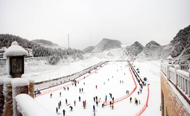 梅花山滑雪场离六盘水市中心城区仅5公里以&quot冰雪话&quot为主题占地