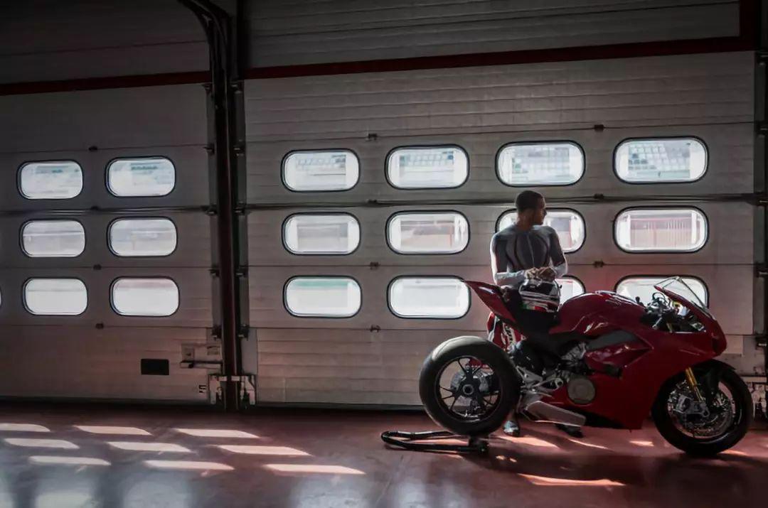 摩托车有什么好玩的?让杜卡迪来告诉你女友