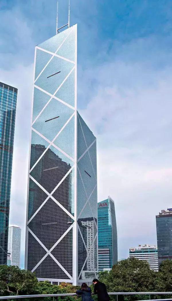 开放式钢结构替代传统建筑的木构材料,   屋面形态的设计突破了