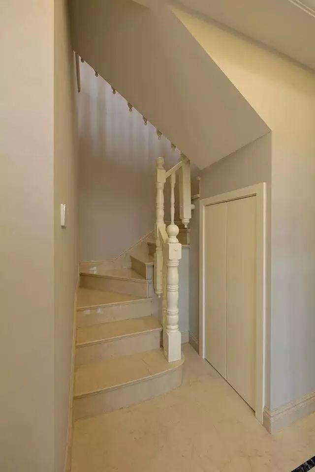 厨房对面的则是楼梯间,楼梯下的空间被巧妙地利用起来当作储物间