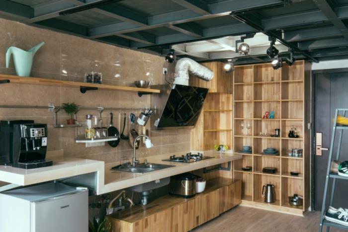 利用材质原本的特性,显得更粗旷些,另外也利用槽钢的结构,安排了吊灯