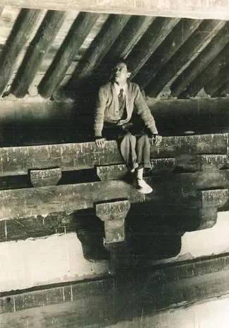 """梁思成手绘   """"抬头一看,殿上部并没有天花板,《营造法式》里所称"""""""