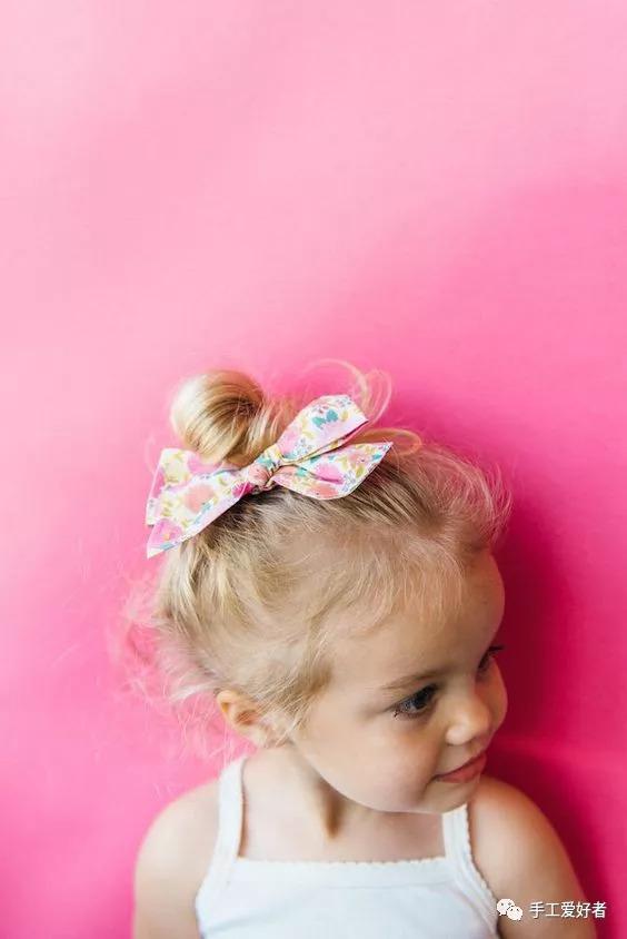 周末外出的时候,一个漂亮的蝴蝶结,会成为小姑娘背影的最好装饰.