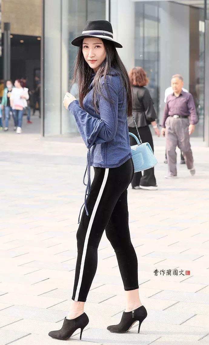 街拍:穿超高高跟鞋秀长腿的美女