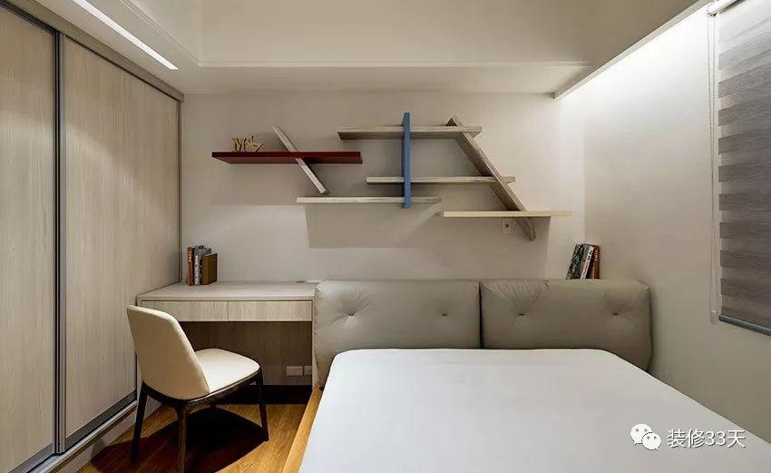 书桌如果不靠窗的话,尽量用好书桌上方的空间,一般用来做书架图片