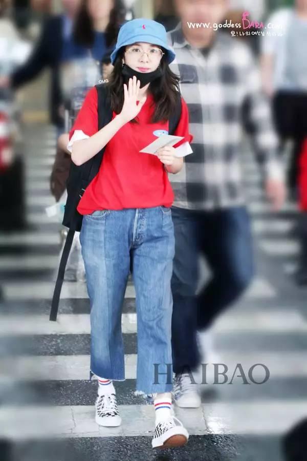 蔡依林2017年6月24日北京机场街拍:身着rocket x lunch露腹背心