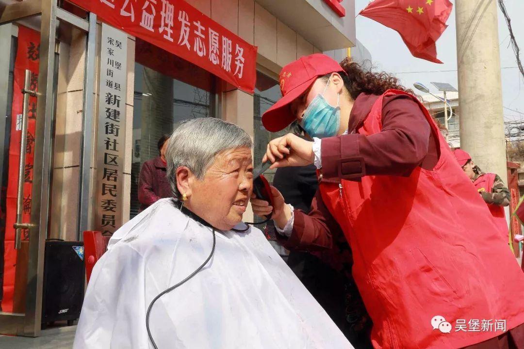 理发师志愿者们运用娴熟的理发技术,细心地为每一位老人修剪头发,边图片