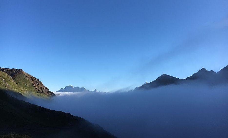 成都出发经都江堰,映秀抵达卧龙,稍事休息,翻越海拔4487米的巴朗山