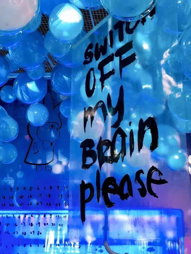 蓝色泡泡下方还连接着管道,只要朝管道吹气,就可以操控气球发光哦!