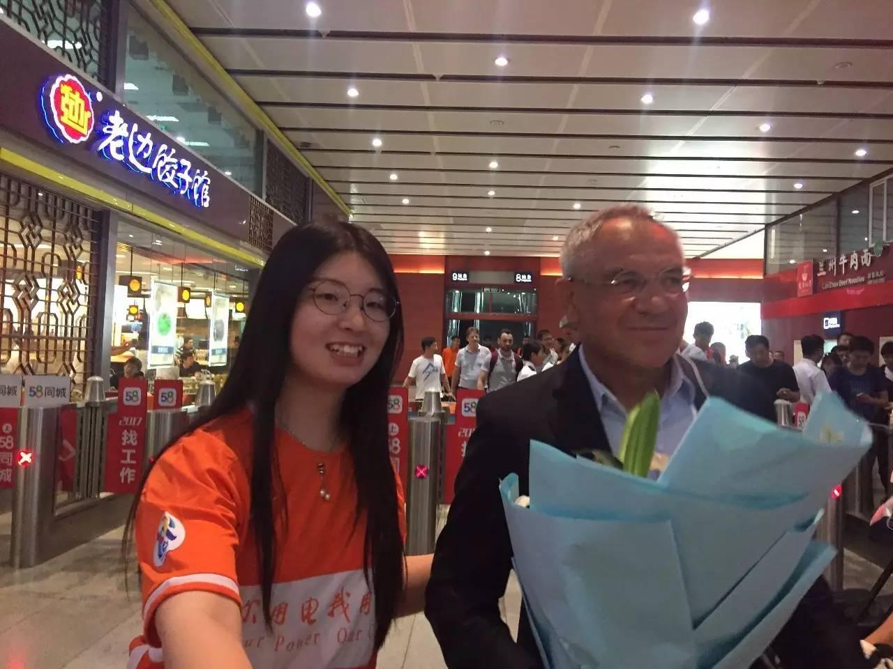 震撼!鲁蜜在北京接站为泰山队鼓劲,暖心一段话支持王彤(视频)