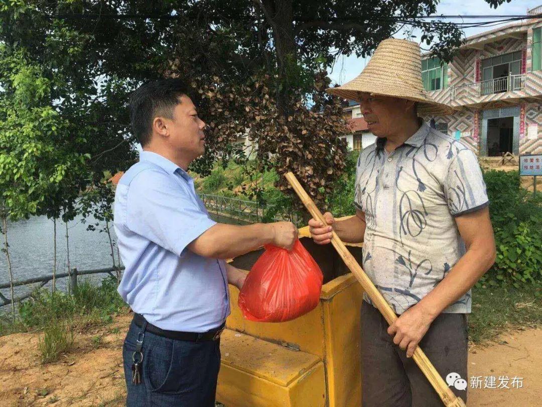 绿豆等解暑降温的食品,对保洁员一直以来的勤恳劳动表示感谢,叮嘱他们