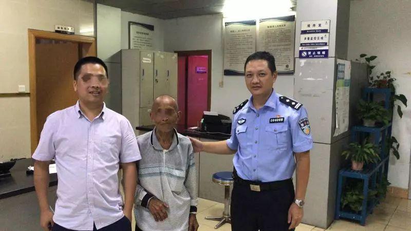 金湾70岁老人迷路无法沟通,民警的一个动作,成功助老
